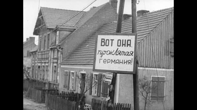 vídeos y material grabado en eventos de stock de cu captured german general ernst mattern commander of german troops in poland / soviet cavalry riding past camera / two shots of sign in polish on... - cavalry