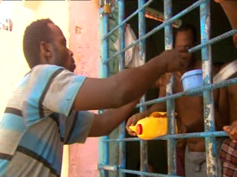 stockvideo's en b-roll-footage met captured somali pirates are given food through prison bars 17 june 2009 - hoorn van afrika