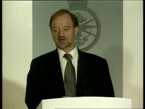 stockvideo's en b-roll-footage met captured us soldiers/continued bombing/refugees england london ministry of defence robin cook mp press conference sot their use for propoganda is... - ministerie van defensie