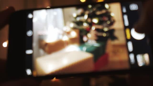 weihnachten-momente einzufangen. - subjektive kamera blickwinkel aufnahme stock-videos und b-roll-filmmaterial