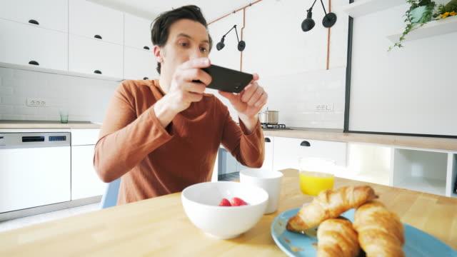 aufnahme von nahrung fotos beim frühstück. - tischflächen aufnahme stock-videos und b-roll-filmmaterial
