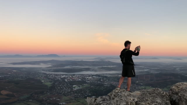 vidéos et rushes de capturer la vue du haut au lever du soleil - table top view
