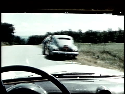 vidéos et rushes de car and trailer stopped by the side of the road, another car stops to check. - panne de voiture