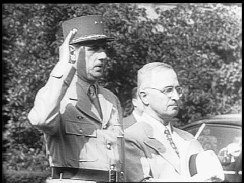 vidéos et rushes de car arrive at the white house / honor guards standing at attention on the lawn of the white house / harry s truman and charles de gaulle walking on... - 1945