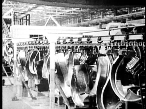 stockvideo's en b-roll-footage met b/w, montage, car assembly line in factory, 1900's, detroit, michigan, usa - film industry