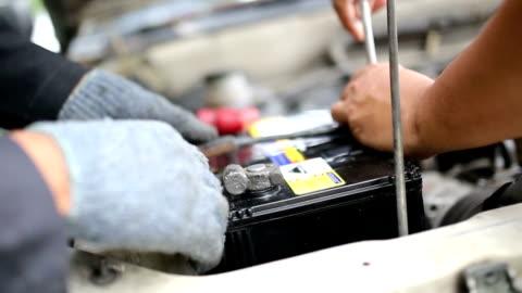 car battery service. - batteri bildbanksvideor och videomaterial från bakom kulisserna