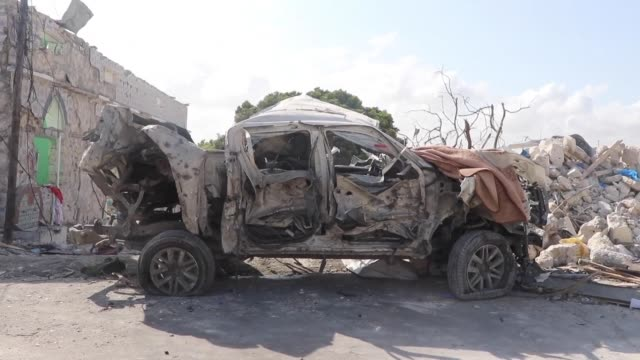 a car bomb explodes near the somali parliament killing eight people hours after militia executed nine civilians from a clan with suspected links to... - esecuzione pubblica video stock e b–roll
