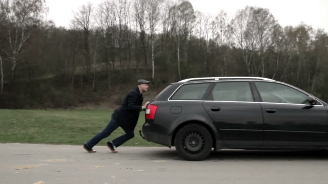 car breakdown - schieben stock-videos und b-roll-filmmaterial