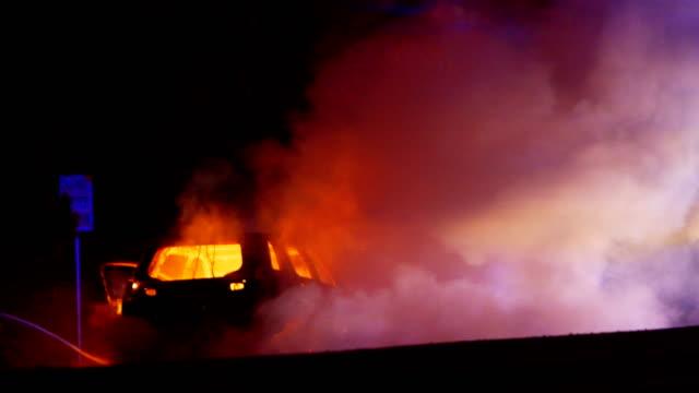 高速道路シリーズで燃える車 - 公共物破壊点の映像素材/bロール