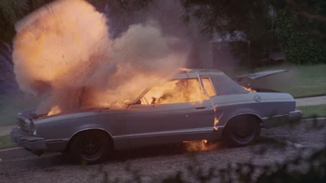 vidéos et rushes de a car bursts into flames. - accident bénin