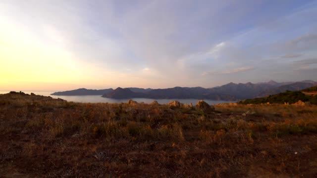 車pov: 保護区デ ピアナ、コルシカ島、夕日 - カランシェ点の映像素材/bロール