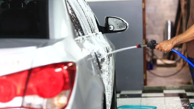 vídeos de stock e filmes b-roll de cuidados com o carro - porta sabonete líquido