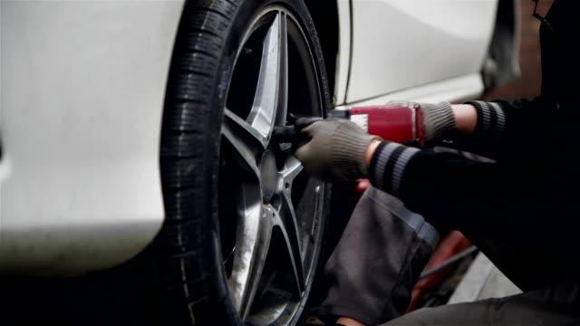 autowechsel reifen - 4k auflösung - mechaniker stock-videos und b-roll-filmmaterial