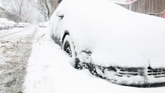 Auto bedekt met sneeuw in de winter.