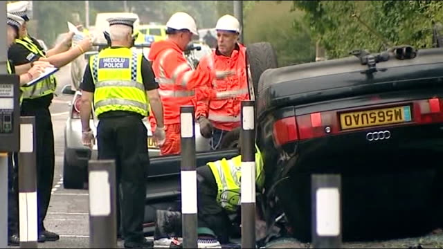 vídeos de stock e filmes b-roll de car crash outside school in glamorgan injures nine including five children wales vale of glamorgan rhoose ext primary schoolchildren and paretns... - vehicle breakdown