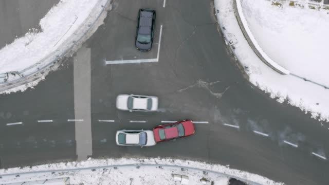 交差点で前の車に衝突空中車 - 事故・災害点の映像素材/bロール