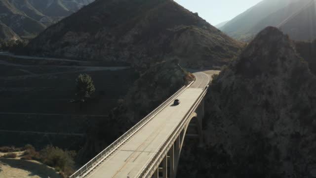 ロサンゼルス - 空中ドローン ショット、橋を渡る車 - エンジェルス国有林点の映像素材/bロール