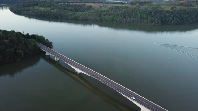 auto über eine brücke über den río uruguay - bundesstaat rio grande do sul stock-videos und b-roll-filmmaterial