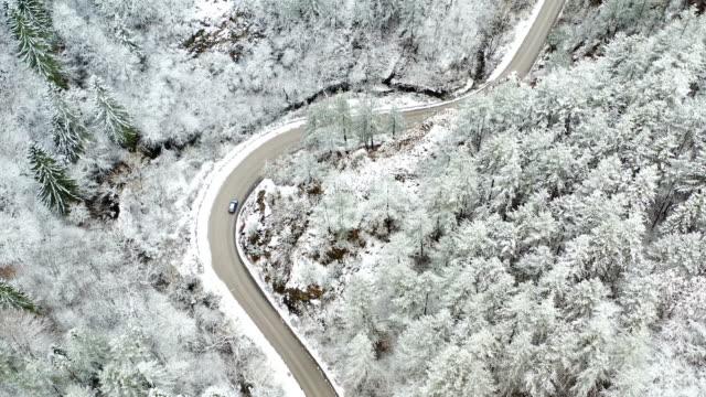 auto überquert eine schneestraße - auffahrt stock-videos und b-roll-filmmaterial