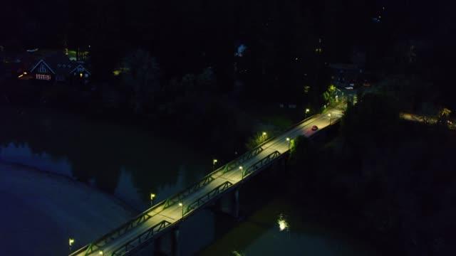 vídeos de stock, filmes e b-roll de carro que cruza o rio russian em monte rio, califórnia-antena - rio russian
