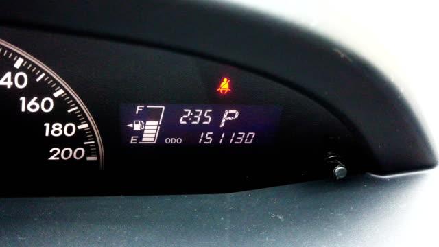 stockvideo's en b-roll-footage met auto dashboard veiligheidsgordel waarschuwingslampje. auto-scherm met de tijd, brandstof niveau veiligheidsgordel waarschuwing. - koplamp
