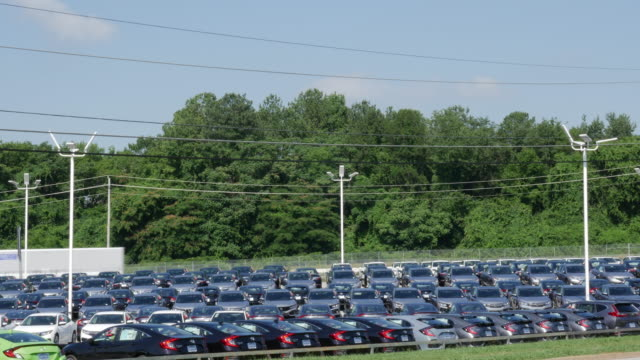 car dealership and traffic in usa - 自動車ショールーム点の映像素材/bロール