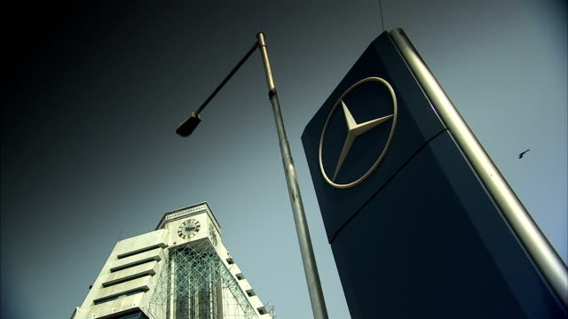 a car dealership sign beside the sterling tower in chennai. available in hd - ベンツ点の映像素材/bロール