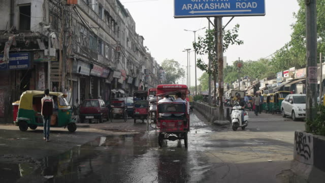 t/l pov of car, delhi street scenes- busy traffic at paharganj - risciò video stock e b–roll