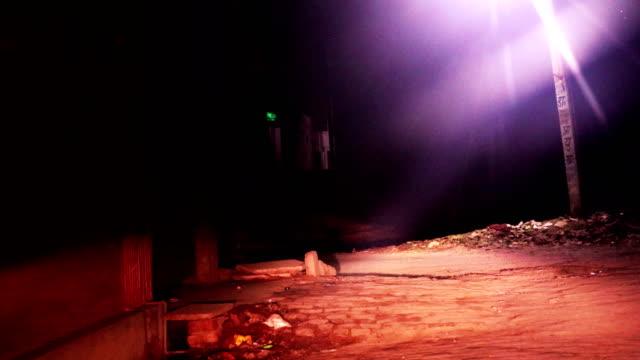 村の通りで夜の車のドライブ - 恐怖点の映像素材/bロール
