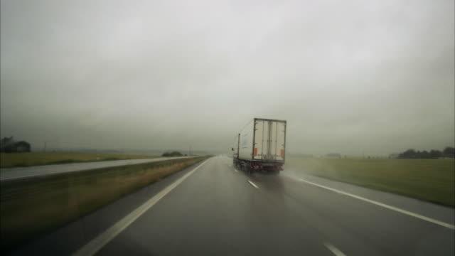 vidéos et rushes de a car drive in bad weather sweden. - poids lourd
