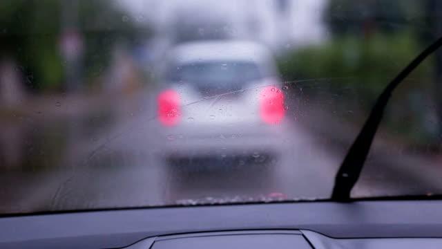 vídeos de stock, filmes e b-roll de carro na chuva - para brisa