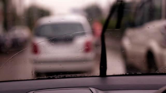 vídeos de stock, filmes e b-roll de carro em dia de chuva - para brisa