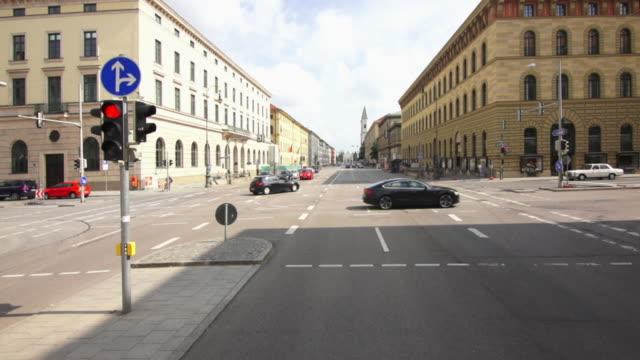 pov car drive on ludwigstrasse in munich - segnale per macchine e pedoni video stock e b–roll