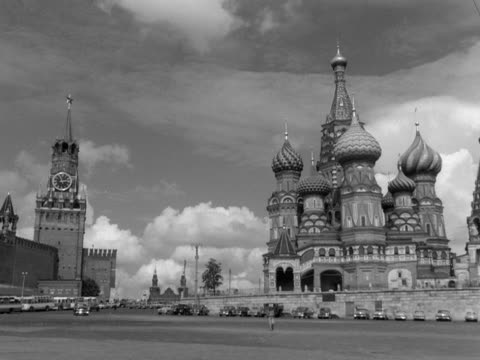 car drives across red square and past st basil's cathedral in moscow. - 赤の広場点の映像素材/bロール