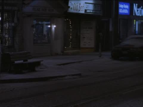 a car drives down a snow covered street. - kryssa bildbanksvideor och videomaterial från bakom kulisserna