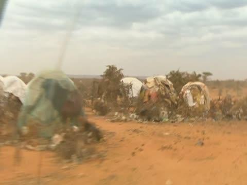 stockvideo's en b-roll-footage met a car drives past un refugee agency tents in somalia - hoorn van afrika
