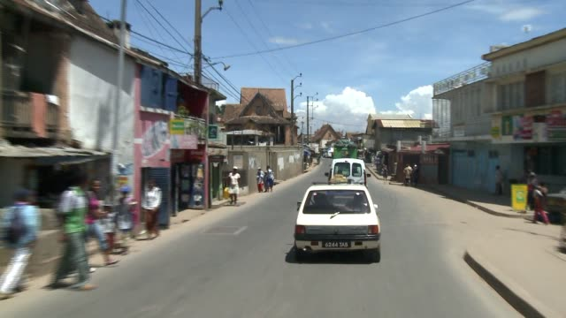 vídeos y material grabado en eventos de stock de a car drives through a town in madagascar. available in hd. - madagascar