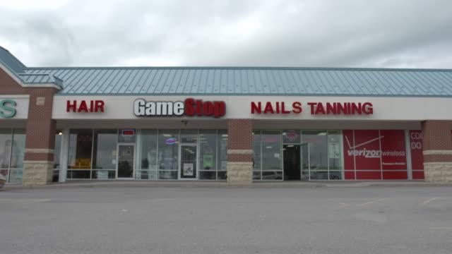 car drives through strip mall parking lot - centro commerciale suburbano video stock e b–roll