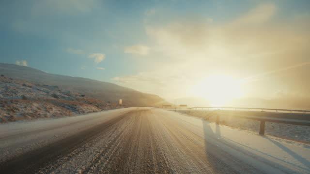 pov autofahren auf den färöer inseln: winter bergpass - gerade stock-videos und b-roll-filmmaterial