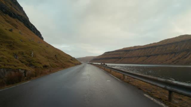 pov autofahren auf den färöer inseln: straßen im winter - gerade stock-videos und b-roll-filmmaterial