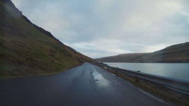 pov-auto fährt auf färöer-inseln: winterstraßen - gerade stock-videos und b-roll-filmmaterial
