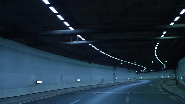 pov auto fahren in der nacht in einem tunnel auf der autobahn - tunnel stock-videos und b-roll-filmmaterial