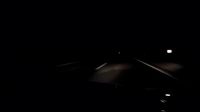 vídeos y material grabado en eventos de stock de coche conducir de noche en carretera, pov - estribo de coche