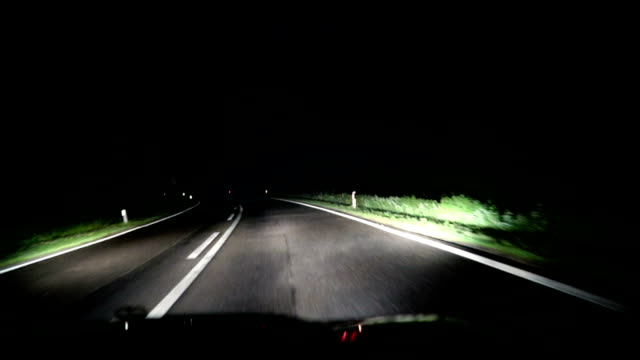 vídeos de stock e filmes b-roll de car driving at night on highway - para brisas