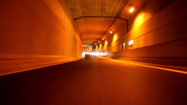 vídeos y material grabado en eventos de stock de conducción de coche en noche (rearview) - señal de salida señal de dirección