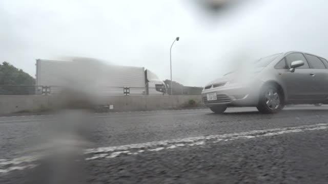 Auto fahren in regnerischen Tag-Seitenansicht – 6,4 Kilometer
