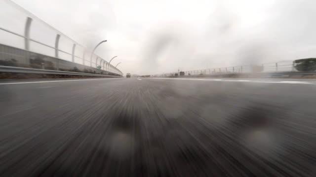 vídeos de stock, filmes e b-roll de carro dirigindo em dia de chuva - plusphoto