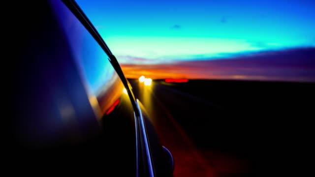 vidéos et rushes de voiture conduisant loin d'un coucher de soleil de désert : nouveau-mexique - route 66
