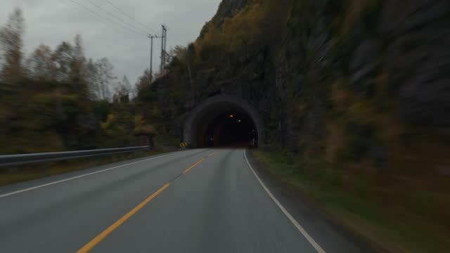 vídeos y material grabado en eventos de stock de pov coche que conduce por los fiordos de noruega: en el túnel - perspectiva de un coche