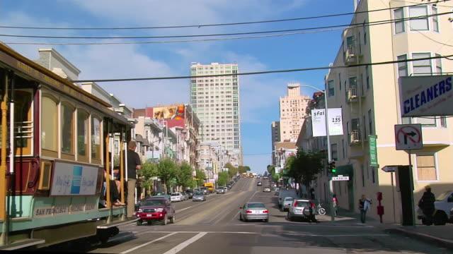 vídeos de stock, filmes e b-roll de ws car pov driving down busy street/ san fransciso, california  - escrita ocidental